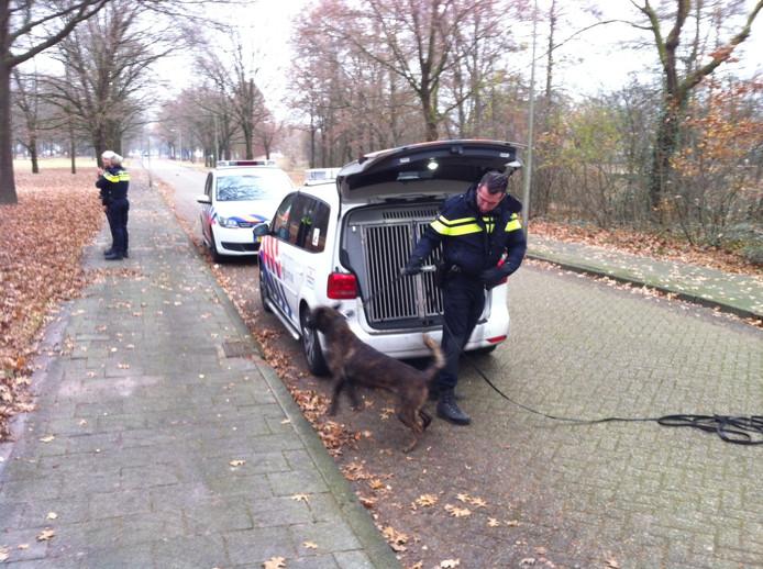 Politiehonden worden ingezet om de inbreker op te sporen.