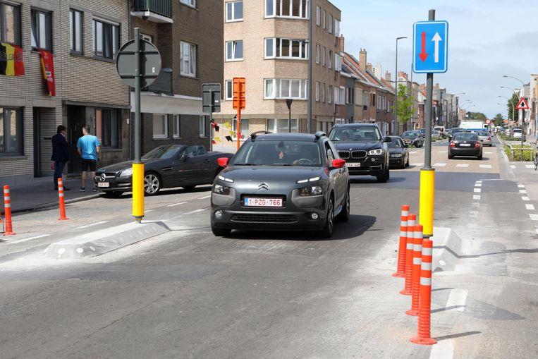 Deze verkeersremmers in de Mariakerkelaan zijn al weg, de soortgelijke exemplaren in de Steensedijk volgen.