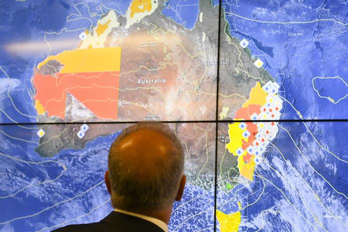 Le Premier ministre Scott Morrison observe un écran sur l'état des incendies dans son pays.