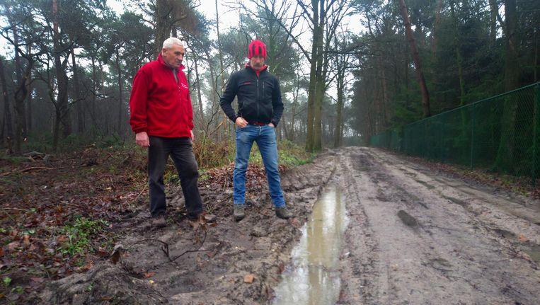 Karel Vanhoof en Kris Govers bij de kapotgereden wandelpaden in Merksplas.