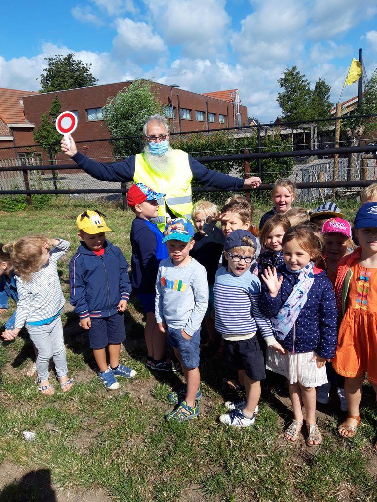 Guy Bracke laat een laatste keer de kinderen in Wippelgem over.