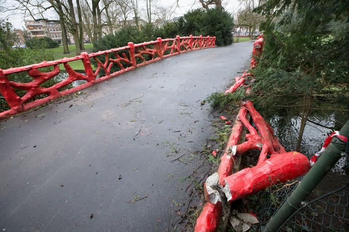 De rode brug in het Valkenbergpark. Begin januari is er een boom omgevallen op de brug en nu is hij afgesloten. Foto: Joyce van Belkom/Pix4Profs