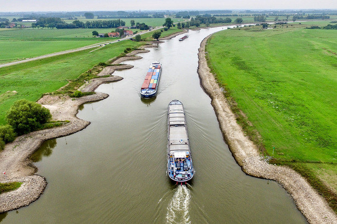 De scheepvaart heeft het lastig door het zakkende water in de IJssel.