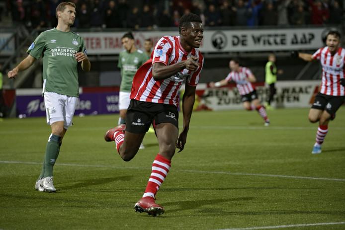 Ragnar Ache juicht na zijn goal tegen PSV.
