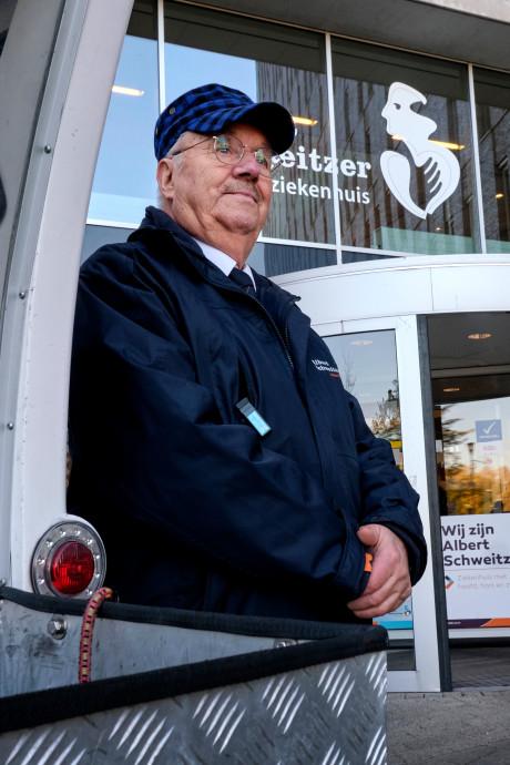 Geliefde chauffeur Herman (80) van pendelbus ziekenhuis met 'pensioen'