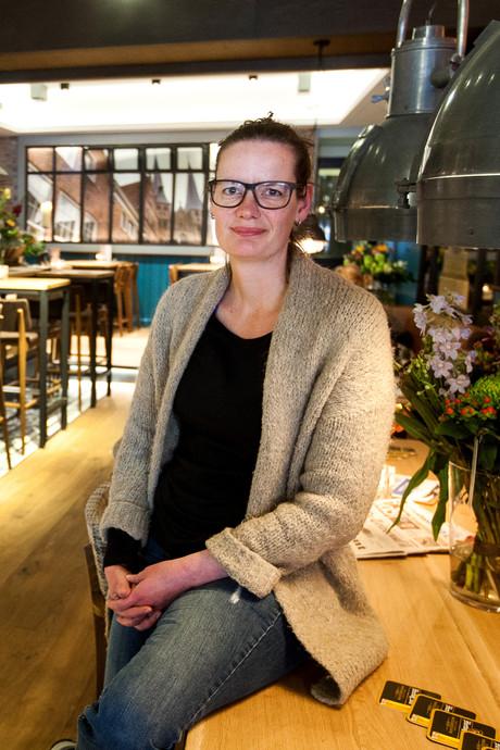 Buurt begroet terugkeer Buren van Schimmelpenninck met vijftien bossen bloemen