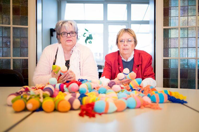 Christiane Van Espen en Anne Verledens met de Vinnie de Vis knuffels, bestemd voor personen met ernstige dementie.