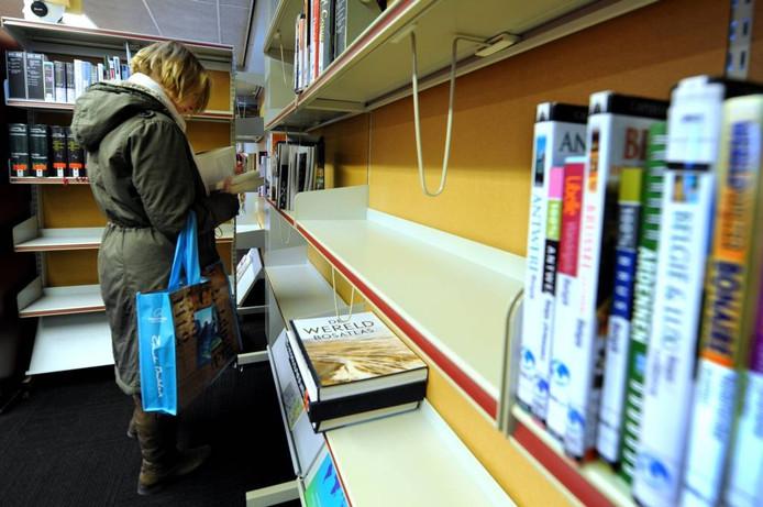 De bibliotheek in Klundert wordt omgevormd tot een servicepunt. Het assortiment boeken wordt aanzienlijk kleiner. Dat is op de bovenverdieping van Klundert goed te zien. foto Edmund Messcherschmidt/hetfotoburo