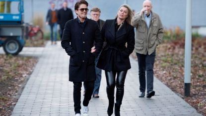 Arm in arm naar de rechtbank: André Hazes en vriendin verschijnen voor het eerst in het openbaar als koppel