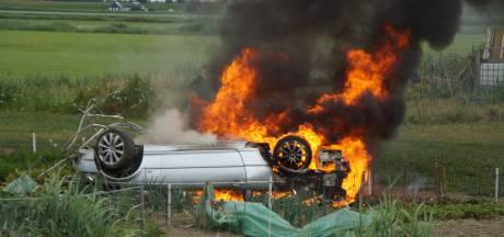 Auto over de kop geslagen en in brand gevlogen bij Simonshaven