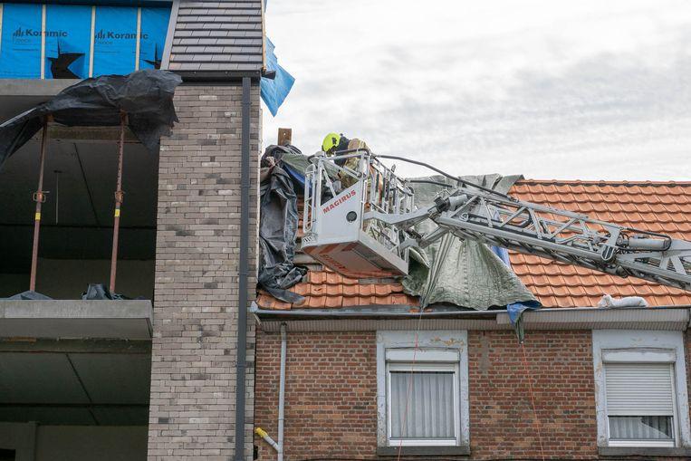 Aan Tereken waaide een zeil weg dat een beschadigd dak bedekte