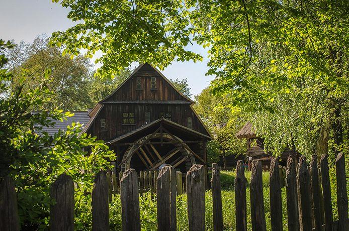 Dans ce musée en plein air, 56 bâtiments en bois de différentes époques se côtoient.