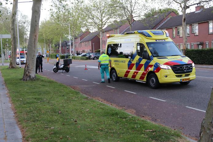 Hulpverleners bij de aangereden scooterrijder.