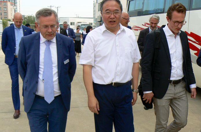 Theo Hendriks (links) loopt op met Hansong Cheng tijdens een bezoek aan zijn bedrijf vorig jaar in Wuhan.