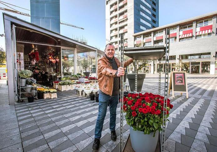 Johans Kools bij de bloemenzaak.