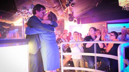 VIDEO: Burgemeester viert overwinning in discotheek Willy's Moustache