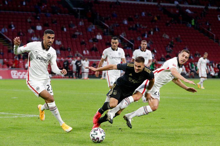 Dusan Tadic van Ajax in duel met twee spelers van Eintracht Frankfurt tijdens de vriendschappelijke wedstrijd tussen Ajax en de Duitse club in de Johan Cruijff Arena. Beeld Hollandse Hoogte /  ANP