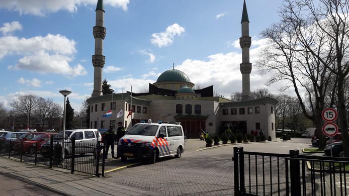 Politiebewaking bij de Süleymaniye Moskee in Tilburg.