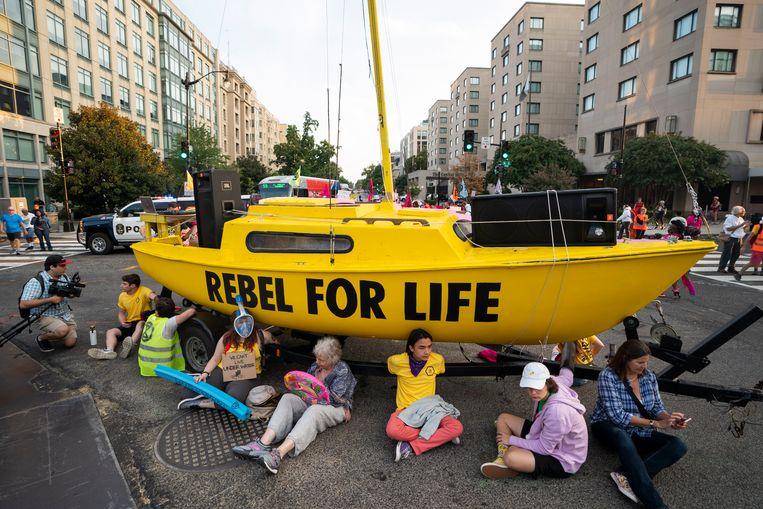 Klimaatactivisten blokkeren een kruispunt in New York om aandacht te vragen voor het prangende probleem.