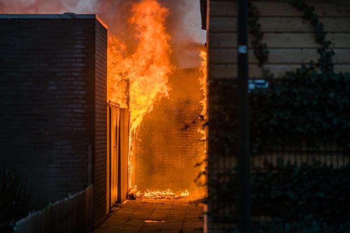 De brand woedde in een schuur aan de Ter Borghstraat in Geldrop.