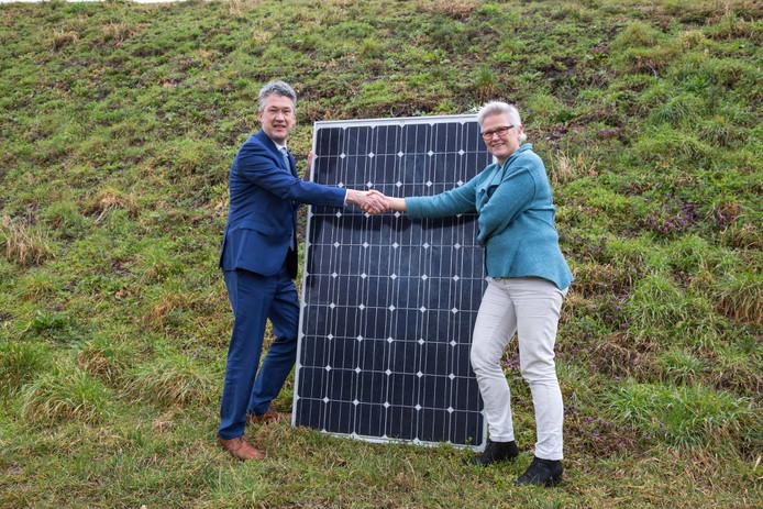 Leon Meijer en Elmar Theune plaatsen het symbolische eerste zonnepaneel.