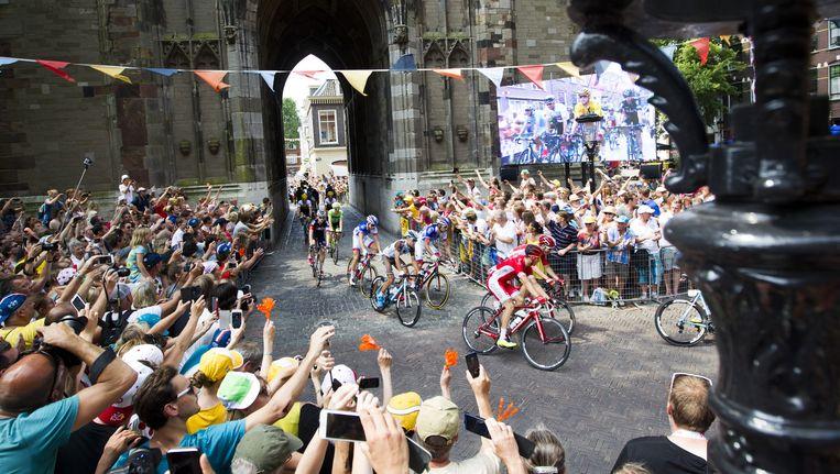 Tourstart in Utrecht, wielrenners onder de Dom Beeld anp