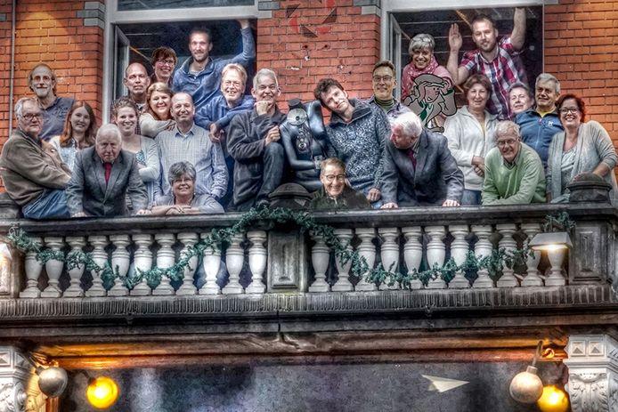 Beeldcollectief Westbrabant op het balkon van 'Sofie' aan de Markt