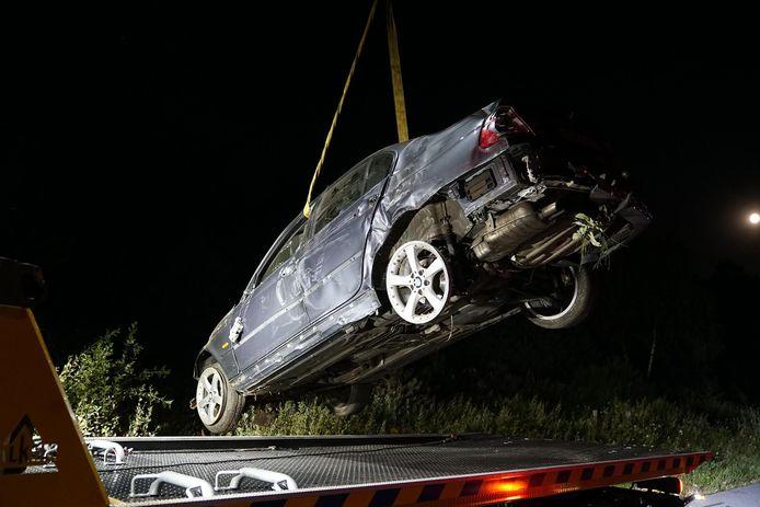 De auto werd door een bergingsbedrijf uit de berm gehaald.