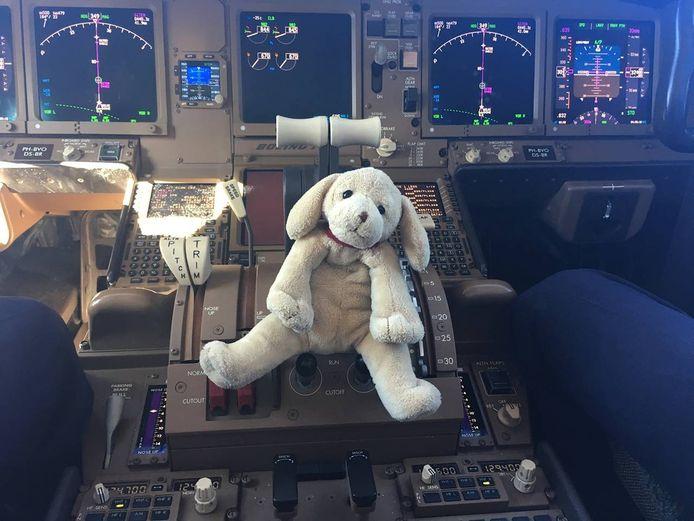 Knuffelhond Happy in de cockpit. Happy zou Jorrits droomreizen waarmaken.  Fotobron: Jorrit Strik