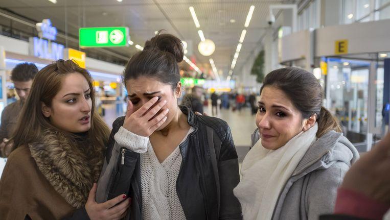 Tamana hoort van het nieuws dat haar vader, de 54-jarige Afghaan Feda Amiri is uitgezet naar Afghanistan. Zijn gezin is achtergebleven op Schiphol. Beeld  Herman Wouters
