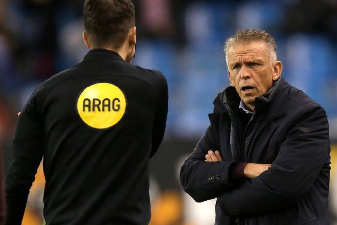 Coach Edward Sturing van Vitesse vraagt de vierde official af wat er aan de hand is in het duel met Heerenveen. De VAR wordt weer geconsulteerd.