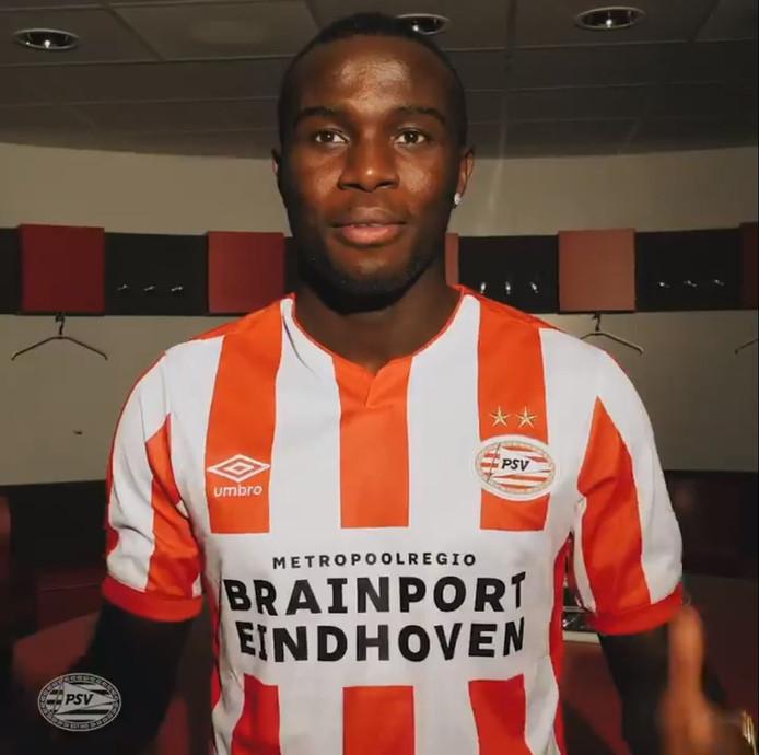 Het nieuwe PSV-thuisshirt, getoond door nieuweling Bruma.