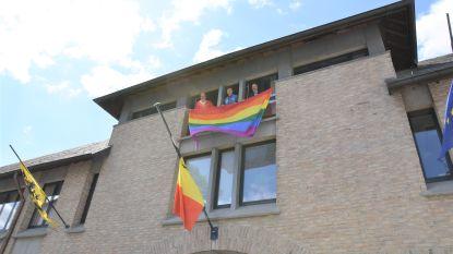 Mister Gay Belgium-kandidaat Jarno hijst regenboogvlag aan Hals stadhuis