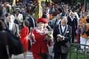 Koninginnedag 2009, toen alles nog zonnig en vrolijk was: koningin Beatrix begeeft zich naast toenmalig burgemeester Fred de Graaf door een uitbundig en vol Oranjepark.