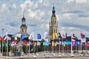Honderd vredesvlaggen op het Chasséveld in Breda, met op de achtergrond de grote kerk en de toren van de Sint Anthoniuskathedraal (links).