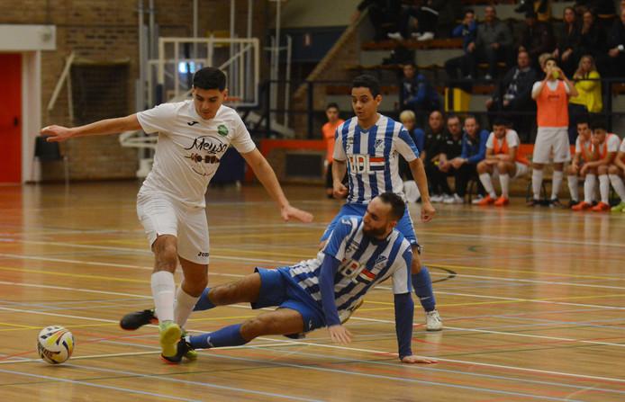 Saïd Bouzambou in duel met Mo Allouch (liggend) van FC Eindhoven.
