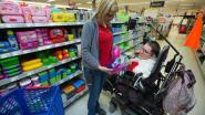 Hulpbehoevende klanten op weg met personal shopper
