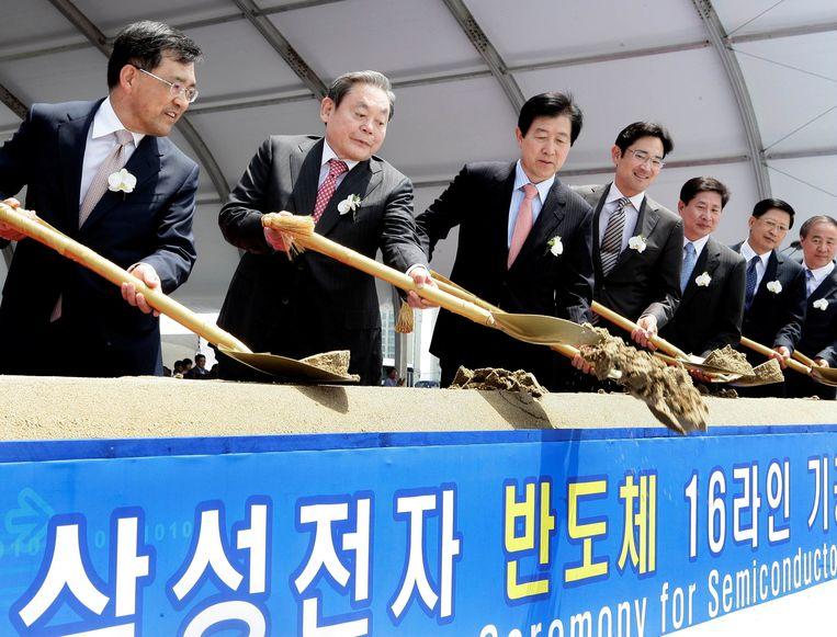 Lee Kun-hee (tweede van links) in 2010 bij de opening van een nieuwe productielijn voor halfgeleiders.   Beeld Via Reuters