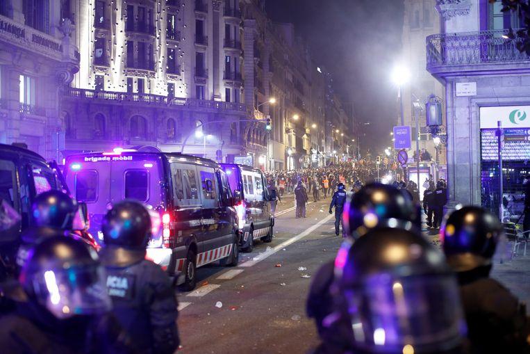 Demonstranten gooiden met projectielen naar de politie die opnieuw massaal was opgetrommeld. Beeld EPA