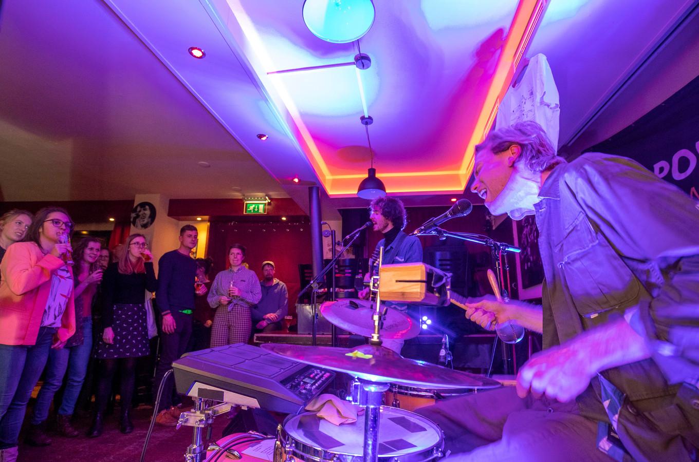 Een optreden van Ciao Lucifer in Café Daniëls in het kader van 'Popuppop'.