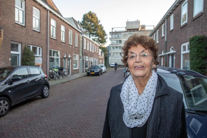 Corry van Roeden-Lohman is even terug in haar oude straatje, waar ze het bombardement van 15 december 1944 als 10-jarig meisje meemaakte.