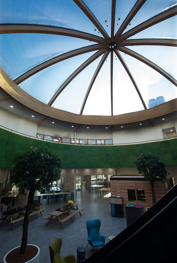 De centrale hal met grote lichtkoepel.