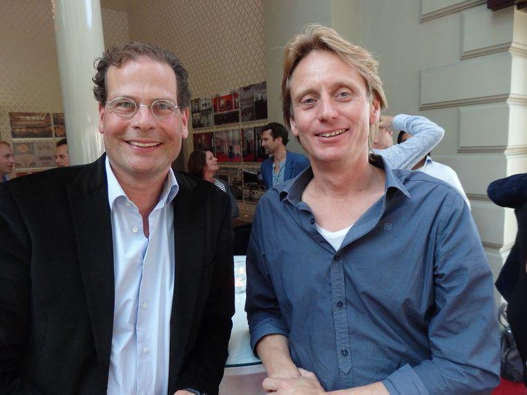 Erik van Engelen, Marketeer van het Jaar 2015 en jurylid Hans Middelhoek vinden het gezellig, maar gaan op zoek naar het terras. Erik: 'Het is warm.' Beeld -