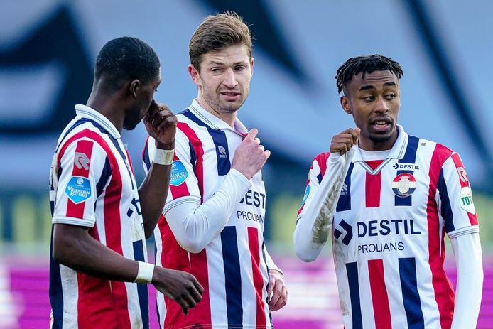 Sombere gezichten bij Derrick Köhn, Jan-Arie van der Heijden en Mike Trésor na de nederlaag van Willem II bij VVV.