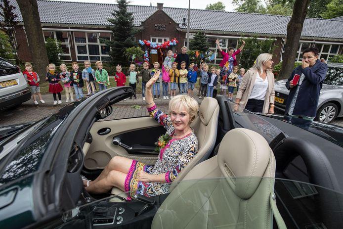 Juf Marian Aalderink was er leerling en leraar en neemt na 43 jaar afscheid van basisschool Liduina in Lonneker.