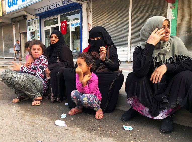 Syrische vluchtelingen wachten op brood in Akcakale, een stad in het zuidoosten van Turkije.