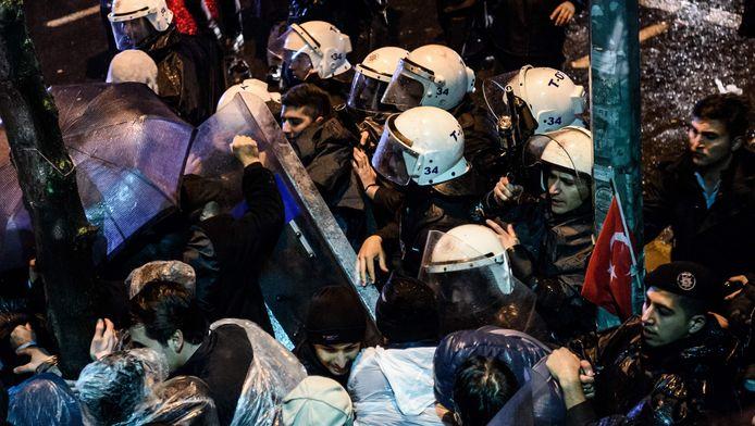 Demonstranten en de politie bij het kantoor van Zaman.
