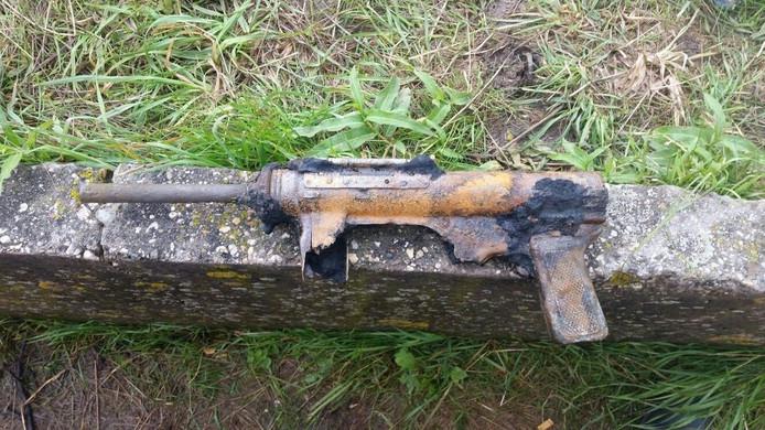 Het veroeste wapen dat is gevonden tijdens baggerwerk.