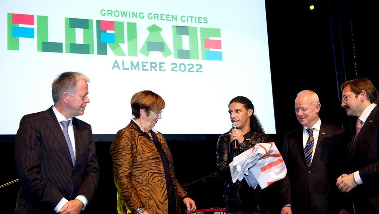 Tijdens de slotceremonie van de Floriade in Venlo in 2012 draagt Ali B de vlag over aan toenmalig burgemeester van Almere Annemarie Jorritsma Beeld ANP