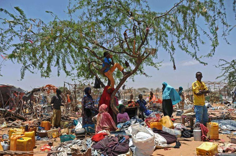 Somalische vluchtelingen in het vluchtelingenkamp in Sarkusta in Mogadishu. Beeld afp